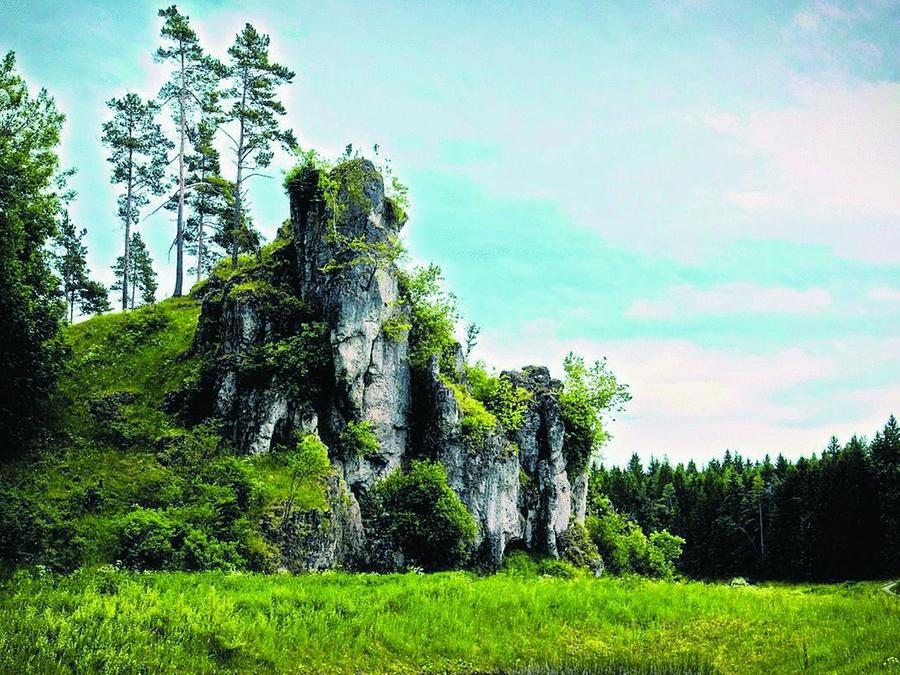 """Felsen wie dieser, der """"Langerstein"""", säumen das ganze Tal. Weitere Bilder von der Wanderung im Internet unter www.nz.de/blogs/lieb."""