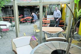 """""""Der Wirt gehört zum Erlebnis dazu"""": Geraldo Vicethum betreibt das """"Singularis Porcus"""" inklusive Biergarten in der Südstadt. Er setzt vor allem auf den persönlichen Kontakt mit den Kunden."""