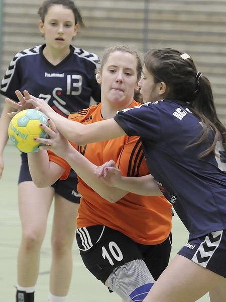 Nur ganz knapp verpassten die TSV-Mädchen (in Orange) in Nüdlingen den Turniersieg.