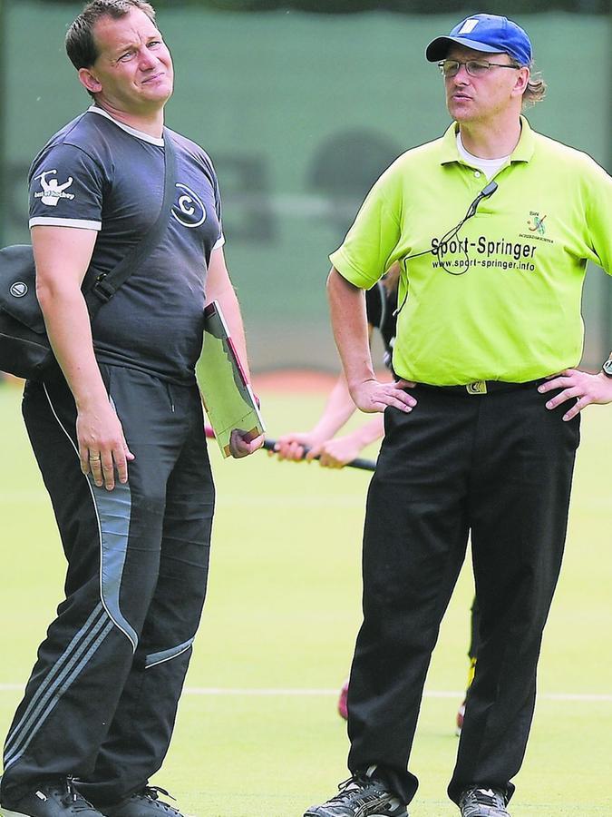 Kennen sich lange und diskutierten lange: TB-Trainer Hans-Peter Höfler (links) und Schiedsrichter Peter Rein.