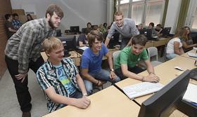 Anhand von echten Datenpaketen aus dem Genfer Teilchenbeschleuniger untersuchten die Schüler der neunten bis elften Klasse den Aufbau der Materie. Physiker aus Erlangen gaben Hilfestellung.