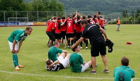 Typische Bilder in der Relegation: Während die DJK Eggolsheim feierte, hieß es auf Weißenoher Seite Wunden lecken.