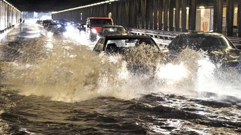In München waren die Straßen nach sintflutartigen Regenfällen überschwemmt.