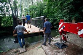 Letzte Schritte: Hier wird die neue Brücke auf die dafür vorgesehenen Fundamente gehoben.