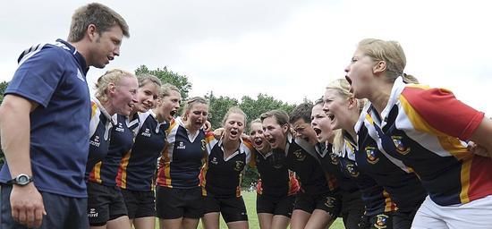 So kann man das natürlich auch machen bei den Deutschen Hochschulmeisterschaften im Rugby: Die Frauschaft der Universität Bonn schreit sich ins Finale.