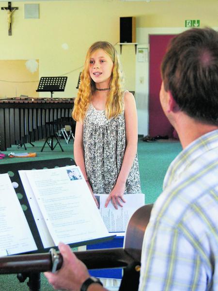 """Beim Casting: Mia singt vor, weil sie beim Lied """"Echt"""" eine Strophe solo singen möchte."""