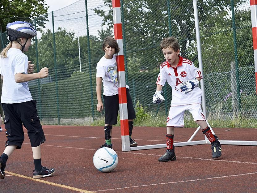 Voller Elan und mittendrin: Dominik Thumser testet im Training sein Club-Trikot und die Torwarthandschuhe.