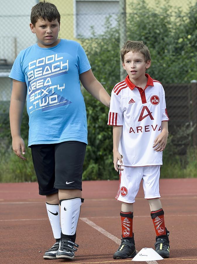 Gemeinsam Spaß am Fußball: Dominik Thumser (rechts) mit einem Mitspieler.