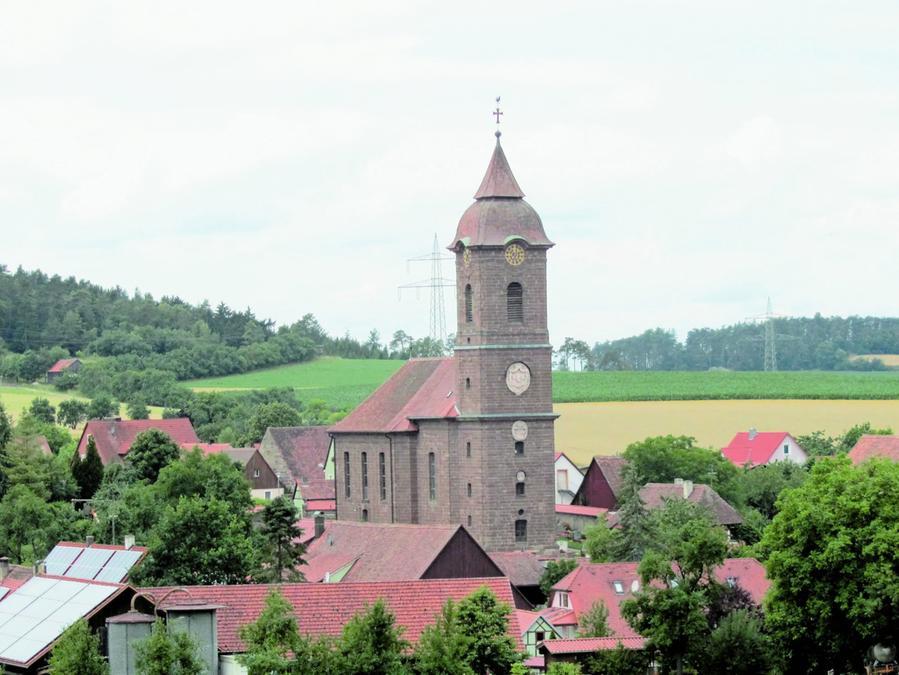 Hoch über Virnsberg thront die 1915 erbaute Sankt-Dionysius-Kirche.