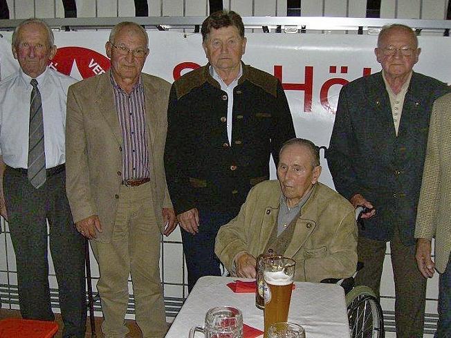 SVH-Vorsitzender Michael Hollweck (l.) ehrte Gründungsmitglieder, um dann selbst eine Auszeichnung entgegen zu nehmen.
