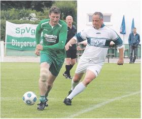 Gegner beim Spiel der Traditionsmannschaften der SpVgg Diepersdorf waren der jetzige Vereinsvorsitzende Jörg Schlinger (links) und Christian Eisenhut, die beide der Bezirksliga-Aufstiegself von 2003 angehörten; dahinter Schiedsrichter Willi Müller.
