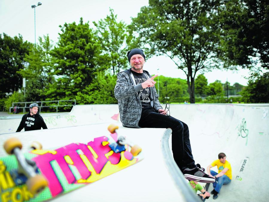 Titus Dittmann ist Unternehmer und Pionier der deutschen Skateboard-Szene. Bis 1984 war er selbst sechs Jahre Sportlehrer, nun sollen seine Studenten lernen, wie sie Skateboarding in der Schule unterrichten können.