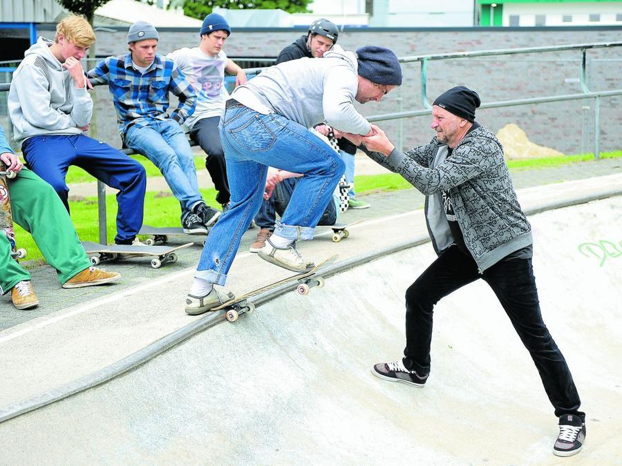 """Die Studenten üben den """"Drop-in"""", bei dem sie  von der Kante steil bergab in die Skateanlage fahren."""