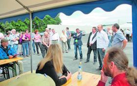 Stehend von links: Thorsten Glauber (MdL), Sebastian Schwarzmann (2. Bürgermeister), Christoph Thoss und Baptist Behr (Geschäftsführer) bei der offiziellen Einweihung der Biogasanlage in Schlammersdorf.
