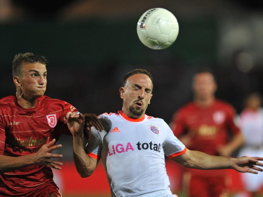 Der Regensburger Philipp Ziereis (links) und der Münchner Franck Ribery kämpfen um den Ball.