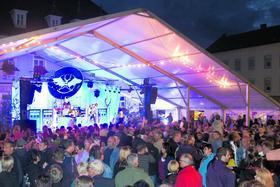 Die Massen dürfen länger bleiben: Gäste, die in Höchstadt das 28. Altstadtfest besuchen, können auf dem Marktplatz und am Schlossberg bis 2 Uhr nachts feiern.