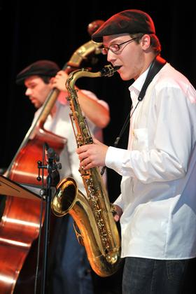 Voll konzentriert: Lorenz Rossmann (vorn) vom Nürnberg-Regensburger Quartett 2+2. Es spielt am 20. Oktober beim Finalkonzert im Kulturforum.