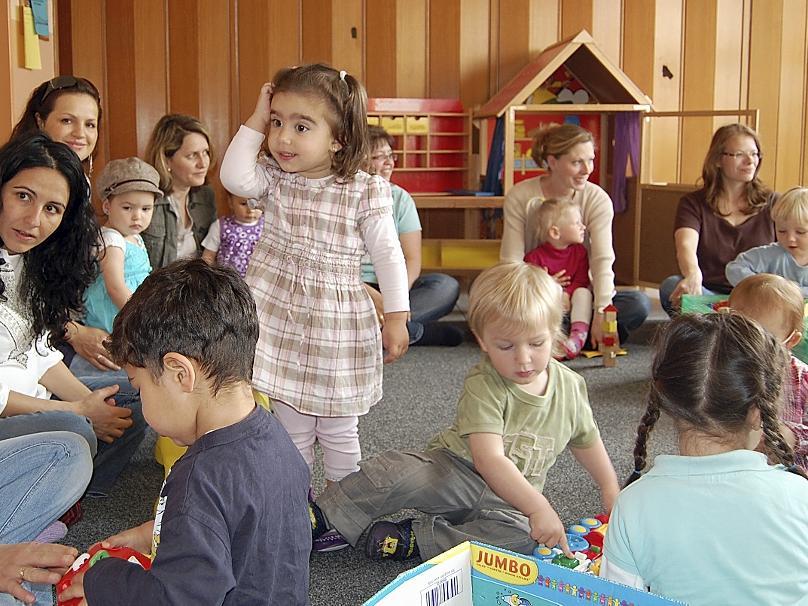 """In der Krabbelgruppe """"Sterne-Yildizlar"""" läuft alles zweisprachig, Singen, Spielen und Basteln wird türkisch und deutsch ausprobiert. Damit sind sie die erste deutsch-türkische Eltern-Kind-Gruppe in Nürnberg."""