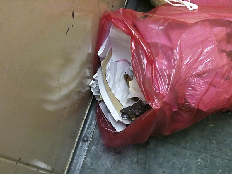 Sensible Daten im Müllsack: Ein Passant fand den Beutel in einem Aufzug in der Gleißbühlstraße.