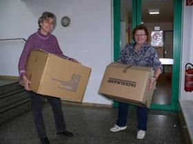 Jetzt heißt es Kisten schleppen: Mechthild Holzapfel und Anita Schmutzler beim Umzug.
