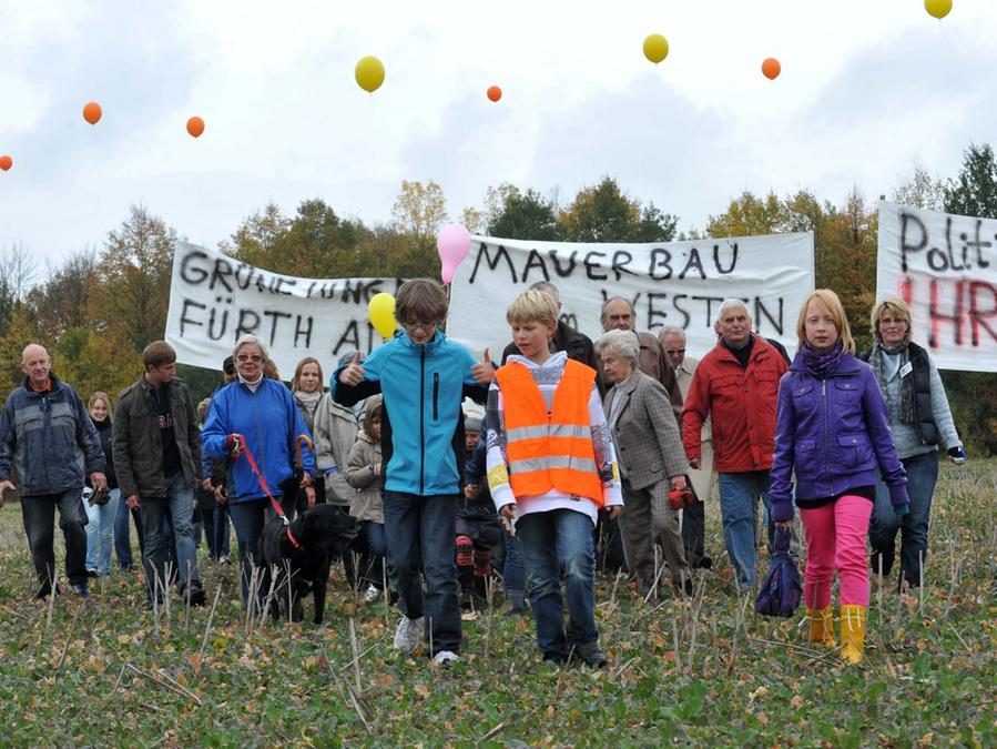 Mit Luftballons. die die Ausmaße des geplanten Lärmschutzwalls andeuten sollten, protestierten Oberfürberger kürzlich gegen das Baugebiet.
