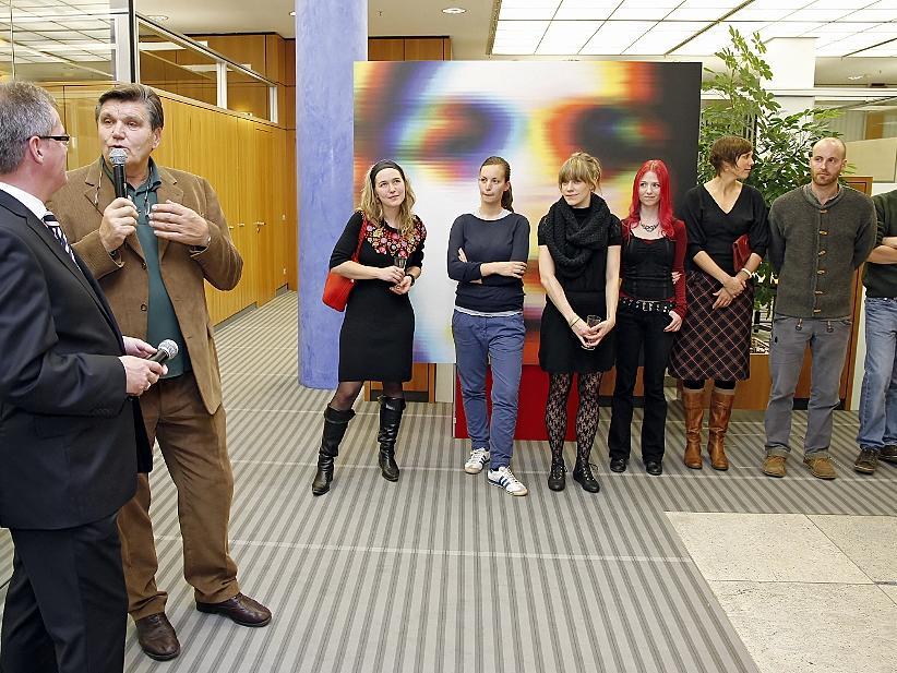 Ex-Club-Trainer Hans Meyer (2.von links) durfte für die Sparkasse Werke von sieben Studentinnen und Studenten an der Nürnberger Kunstakademie auswählen.