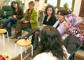 """Zu Gast in der """"Brücke-Köprü"""" waren gestern die Grünen-Politikerinnen Ekin Deligöz (ganz links) und Brigitte Wellhöfer. Nur durch Zufall am gleichen Tag, an dem der Integrationsgipfel im Kanzleramt stattfand."""