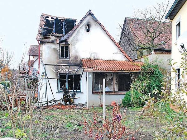 Die Polizei verdächtigt den Hauseigentümer als Brandstifter.