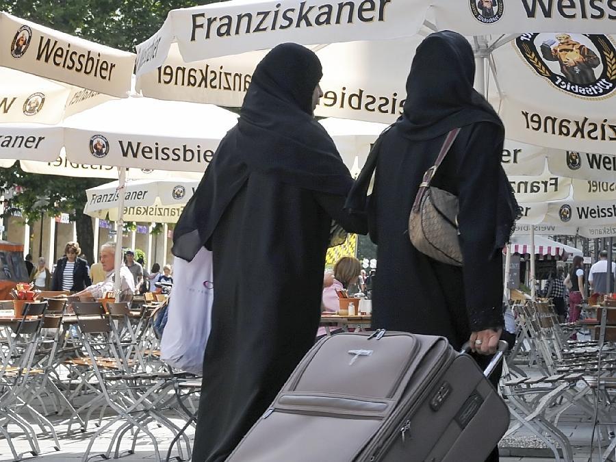 Zwei Araberinnen in der Münchner Innenstadt: Praktisch nur in dortigen Nobelläden seien vollverschleierte Frauen anzutreffen, spottete Professor Rohe.