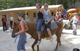 Ponyreiten ist auf der Jugendfarm immer beliebt.