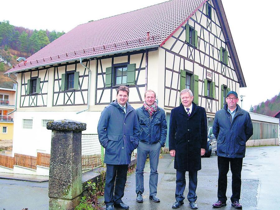 Die Magerscheune in Pottenstein soll ein Dokumentationszentrum werden. Unser Bild zeigt (v.l.): Stefan Frühbeißer, Dr. Jörg Skriebeleit, Karl Freller und Ulrich Fritz.