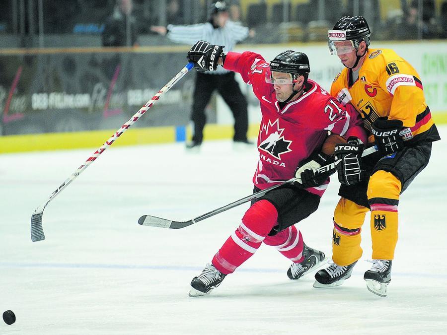 Drei Tage trug Thomas James Kemp (links) beim Deutschland-Cup das kanadische Trikot. Ab Freitag geht er wieder für die Ice Tigers aufs Eis.