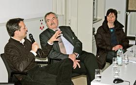 Menschen für die Tätigkeit befreien, die ihnen liegt, will Soziologe Sascha Liebermann (links). Wirtschaftsprofessor Georg Barfuß (Mitte) wittert dagegen Morgenluft für Müßiggänger. Für ein Grundeinkommen als Bürgerrecht tritt Regina Sörgel ein.