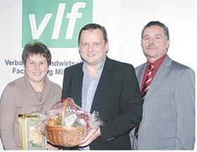 Nach provozierenden und ermutigenden Worten gab es ein Geschenk für Wirtschaftskorrespondent Uwe Ritzer (Mitte), überreicht von den VlF-Vorsitzenden Erwin Börlein und Hannelore Stöhr.