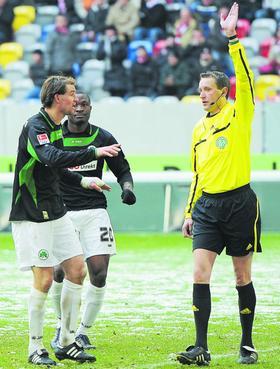 Unsicherer Blick zur Seite: Referee Grudzinski verließ sich auf den Mann an der Seite, die Proteste von Thomas Kleine halfen nichts.