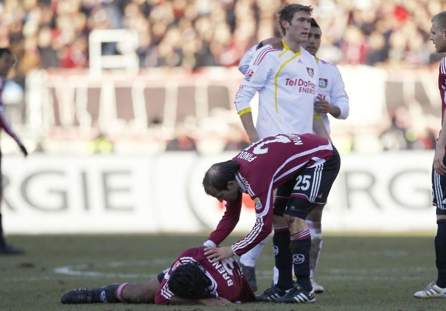 Am 25. Spieltag 2010/11 gastierte die bis dato ungeschlagene Werkself in Nürnberg. Bayer ließ zwar die Punkte in Franken, nahm dem Club durch Stefan Reinartz aber Breno, der aus der FCN-Defensive längst nicht mehr wegzudenken war.