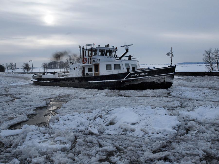 Selbst der Eisbrecher kann momentan noch nichts ausrichten: Der Schifssverkehr auf dem Main-Donau-Kanal liegt weiterhin auf Eis.