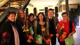 Langjährige Mitarbeiterinnen der Familien- und Altenhilfe (auf unserem Bild mit Vorsitzender Ursula Kaiser-Biburger, Vorstandsmitglied Martin Kastler und Geschäftsführerin Rosy Stengel) wurden für ihre Treue geehrt.