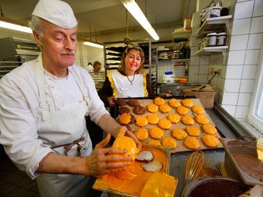 LOKALES FOTO: Eduard Weigert DATUM: 17.10.12..Lebkuchen-Trends bei der Bäckerei  Düll - Klaus Ohr, christine düll