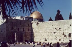 Hier sind Konfrontationen vorprogrammiert: Der Felsendom in Jerusalem ist eines der wichtigsten Heiligtümer der Muslime. Es liegt direkt über der Klagemauer, eine der wichtigsten religiösen Stätten der Juden. Foto: Rupp