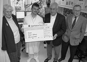 Scheckübergabe in der Klinik mit (v. li.) Gertrud Gade, Dr. Volker Schibgilla, Vorsitzender Otto Ammon und Peter Schmitt.