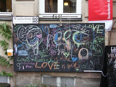 Motiv: Atelier- und Werkstatttage 2015 GOHO..Die Gostenhofer Wandzeitung hängt  derzeit an verschiedenen Orten in Gostenhof...Foto: Jo Seuß - 10 / 2015 gesp.