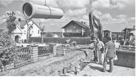 Bürgermeister Jürgen Nägelein im Gespräch mit dem zuständigen Bauleitern der Firma. Er ist mit dem Baufortschritt sehr zufrieden. Zum Teil müssen die Rohre bis in eine Tiefe von vier Metern verlegt werden.