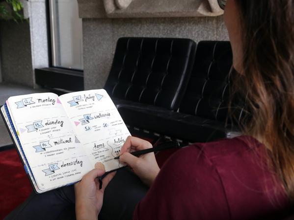 Motiv: Unsere Praktikantin Magdalena probiert sich an einem Bullet Journal, einer Mischung aus Terminkalender und Tagebuch. ....Datum: 15.09.2016.. ..Fotograf: Roland Fengler....Ressort: Lokales SamSon....Exklusiv