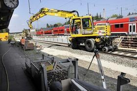 Ein neuer Bahnsteig entsteht in Forchheim: Wichtigstes Hilfsmittel der Bauarbeiter aus Bayreuth ist dabei der Zwei-Wege-Bagger, der sowohl auf Schienen als auch über das Gelände fahren kann.