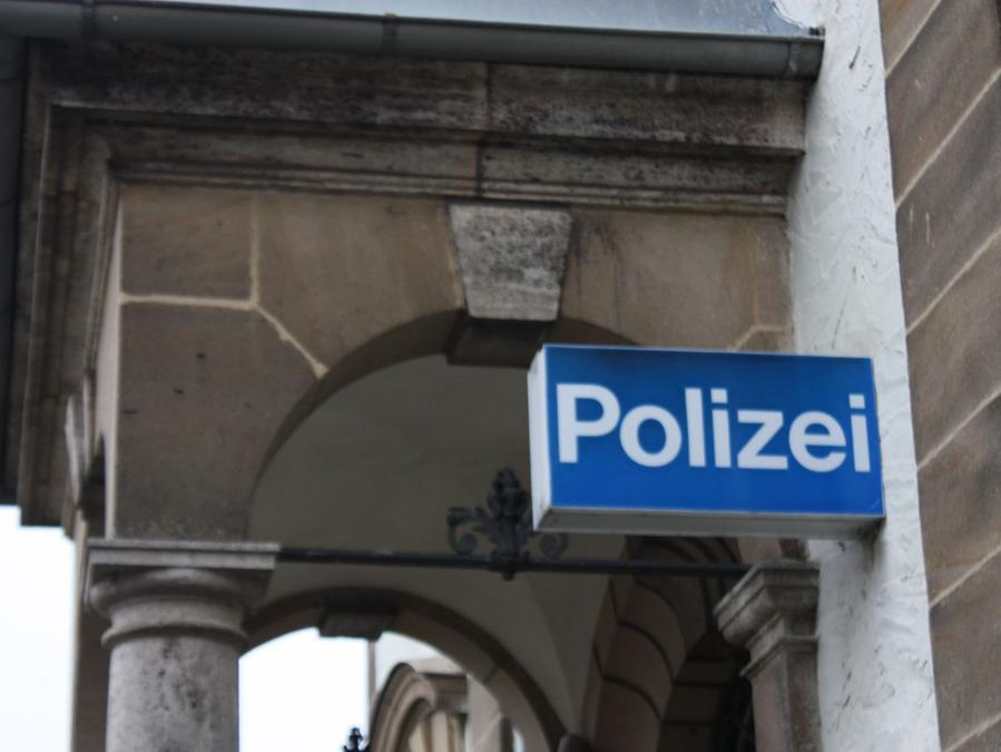 Die Polizei sucht einen Autofahrer, der zwischen Haundorf und Büchelberg einen Unfall verursacht hat.