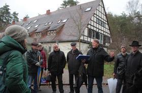 Elmar Hönekopp (Dritter von rechts), Sprecher der Stadtbild-Initiative, informierte Interessierte über die Pläne an der Regensburger Straße.