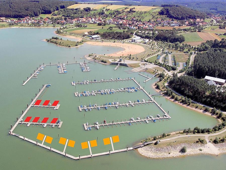 Die neuen Pläne vom Urlaub auf dem Wasser: 15 sogenannte Floating Houses (schwimmende Häuser) sollen am Ramsberger Hafen entstehen — sieben à 44 Quadratmeter (rot) und acht à 84 (gelb).