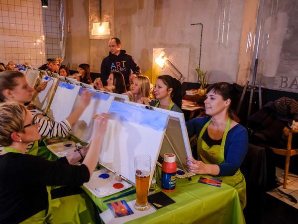 SamSon..Foto: Guenter Distler..Motiv: Lisa Hahn probiert sich im Malen bei Artmasters; Malschule; LêBar,Luitpoldstraße 16; 25.01.2017