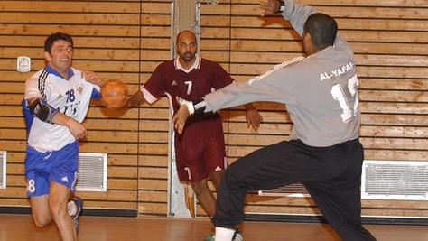 Mit Katars Torwart-Hüne Mohsam Al Yafai hatten die Forchheimer VfB-Handballer (in weiß) beim Vergleich 2004 so ihre Probleme.